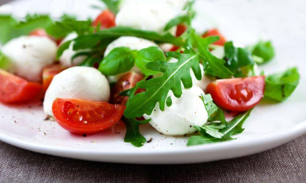 Сырно томатный салат