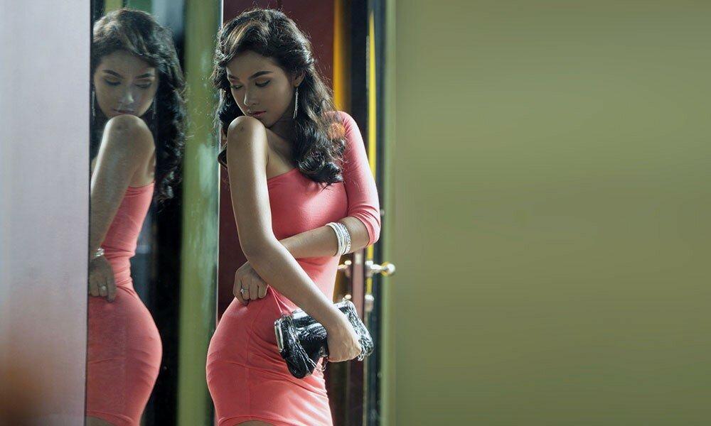 девушкаперед зеркалом