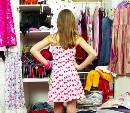 девушка разбирается в шкафу