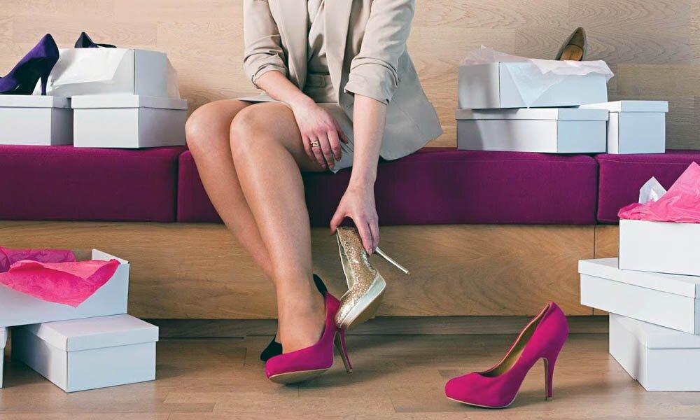девушка выбирает обувь на каблуках
