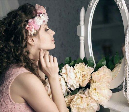девушка перд зеркалом